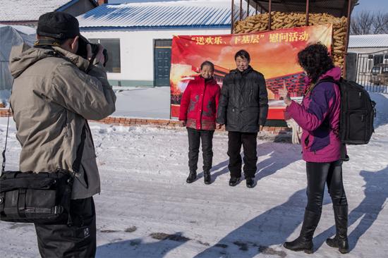 摄影家在农家门前为老人拍照。  摄影家在为村民打印照片。   随着新春佳节的日益临近,我市文化惠民活动也掀起了高潮。1月22日,市文联、市摄影家协会组织我市的摄影家来到旺起镇小石村,为该地的村民义务拍摄全家福、生活照,让农民亲身感受到文化惠民的温暖和迎新春的喜庆。参加活动的摄影家怀着极大热情在村头和农家的炕头为村民留下美好的瞬间,为丰收的农村增添浓浓的喜庆氛围。 (江城日报记者 朱奕名)